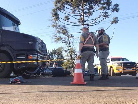 Acidente envolvendo uma moto e uma carreta deixa um morto e uma gravemente ferida em Estação
