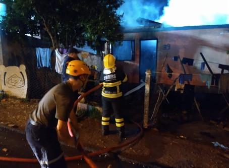Incêndio destrói casa em Passo Fundo e criança de três anos teria começado as chamas