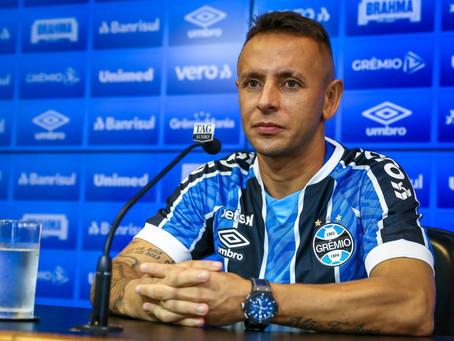 """Lateral-direito Rafinha é apresentado pelo Grêmio e garante: """"Vamos em busca dos títulos"""""""