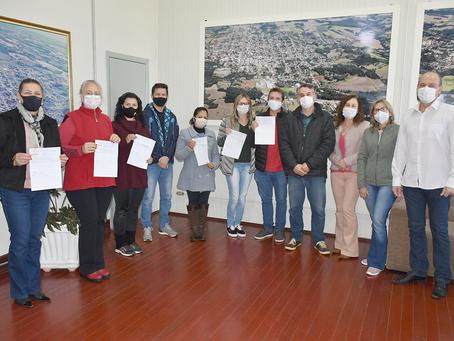 Programa Municipal de Educação Fiscal de Getúlio Vargas entrega repasse para diretores das escolas
