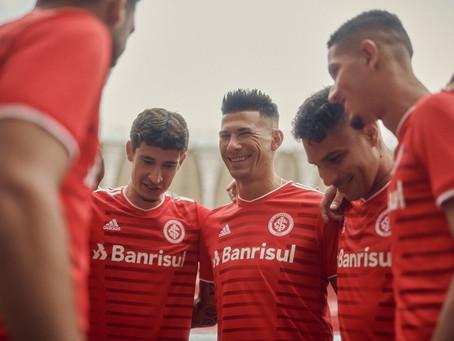 Atletas do Inter apresentam nova camisa para 2021