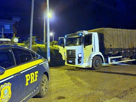 PRF recupera caminhão de Estação roubado e apreende 250 mil maços de cigarros na BR-153
