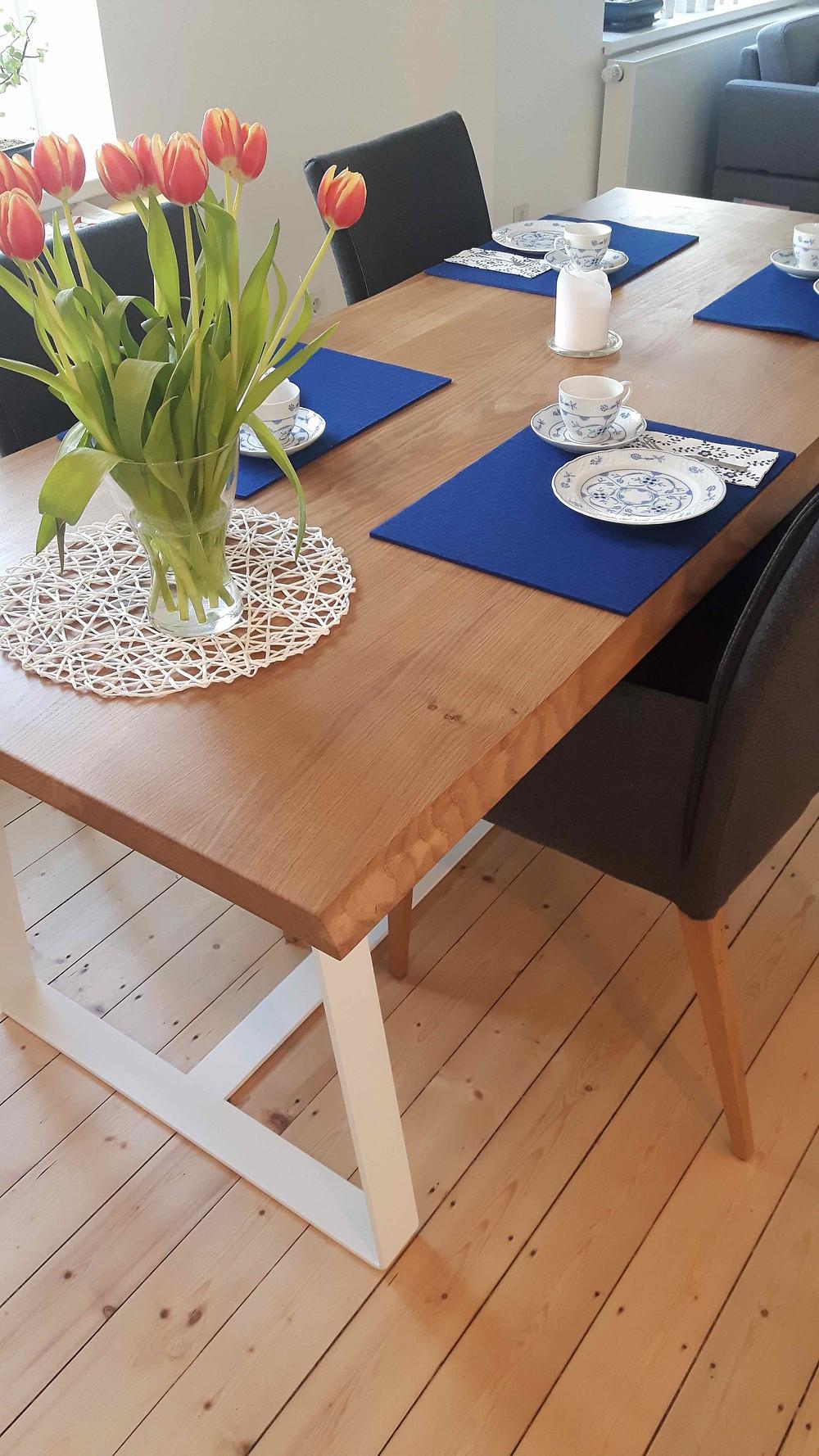 Holztisch mit weißem Rahmengestell skandinavisch