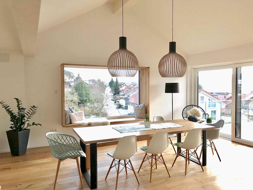 Massivholztisch modern mit Stühlen