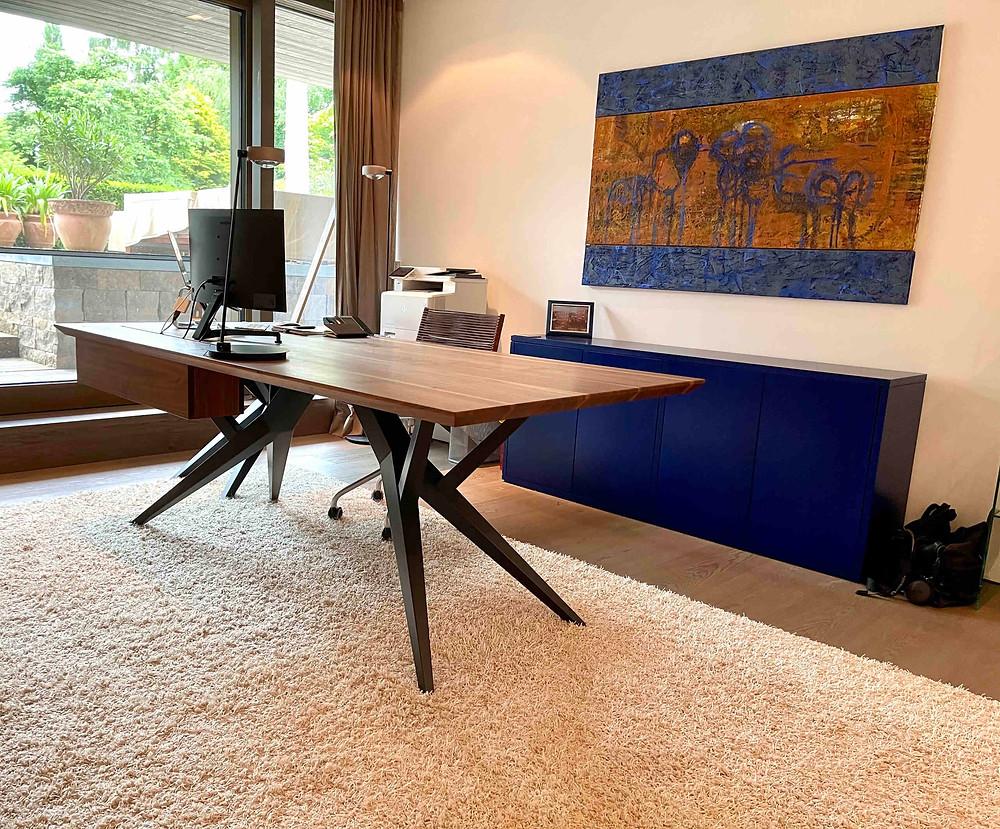Schreibtisch WOODY mit Kabelbox 210 x 100 cm, US Nuss mit Splint 4 cm, astig, farblos geölt mit Beistelltisch