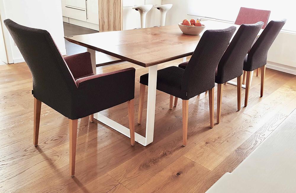 Holztisch passend zum Parkettboden
