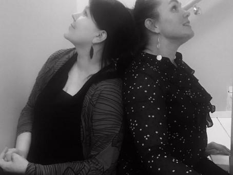 Itseni näköinen elämä podcast – Kahden naisen mietteitä siitä, kun elämä läimäyttää avokämmenn