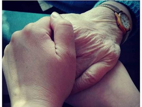 Isoäitini hautajaisiin kulminoitui paljon pelkoa tyttäreni menettämisestä