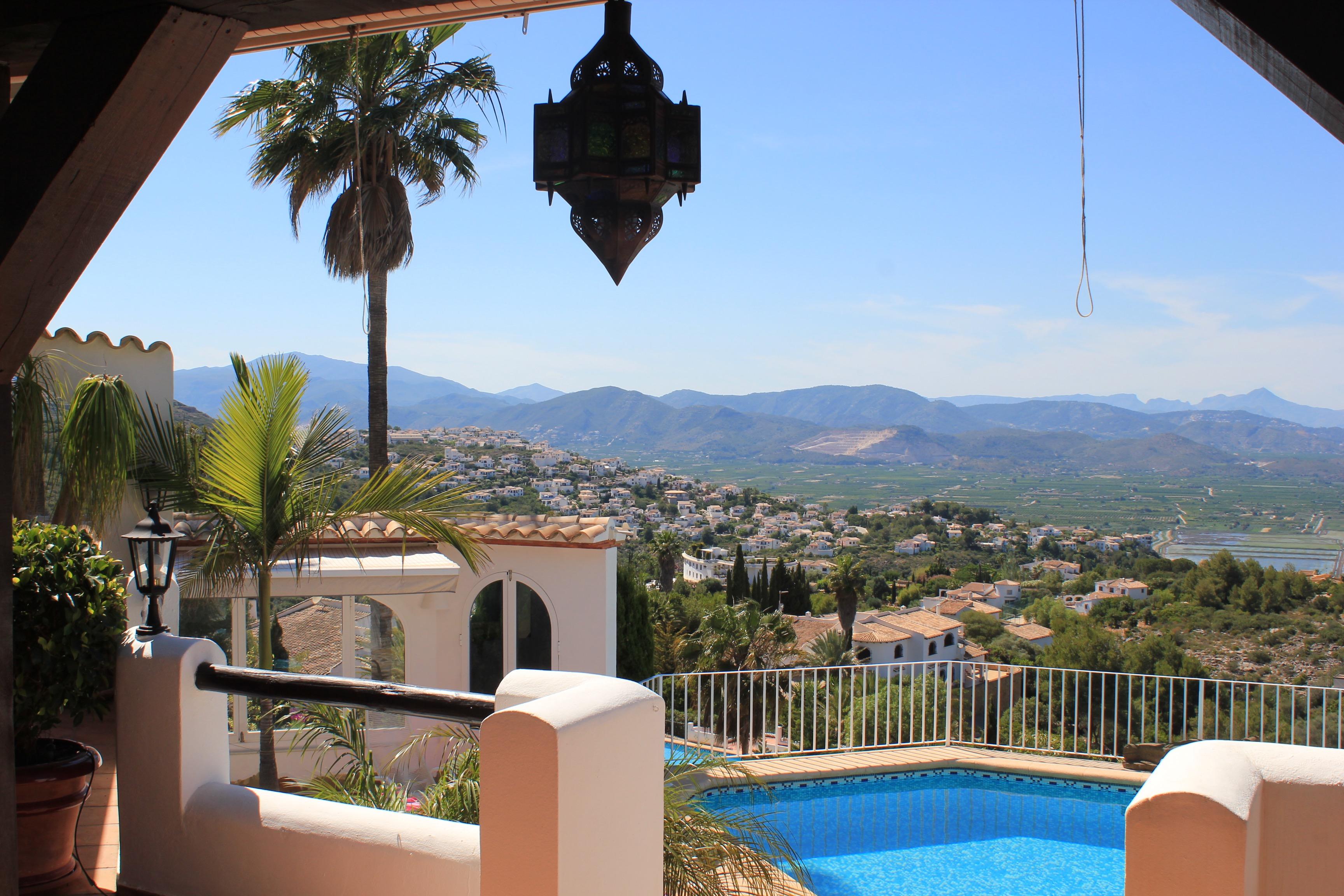 Poolbereich mit Blick zum Meer und in die Berge