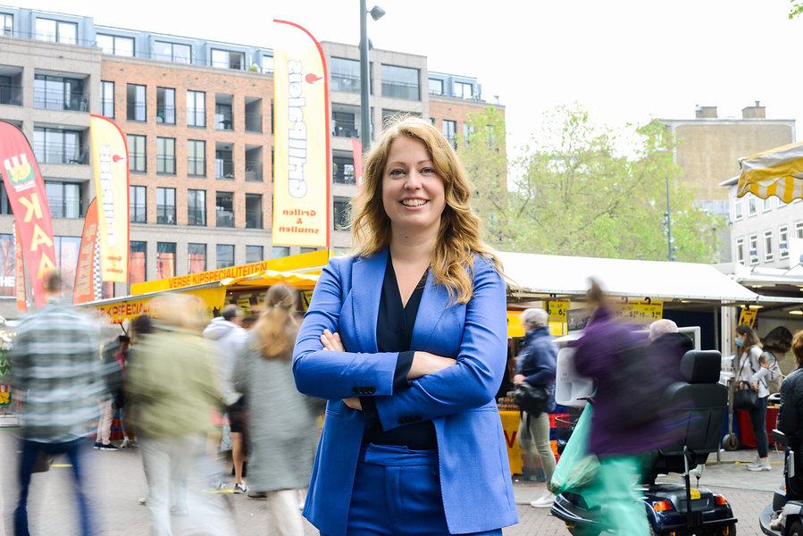 Mirthe Biemans op de markt Utrecht