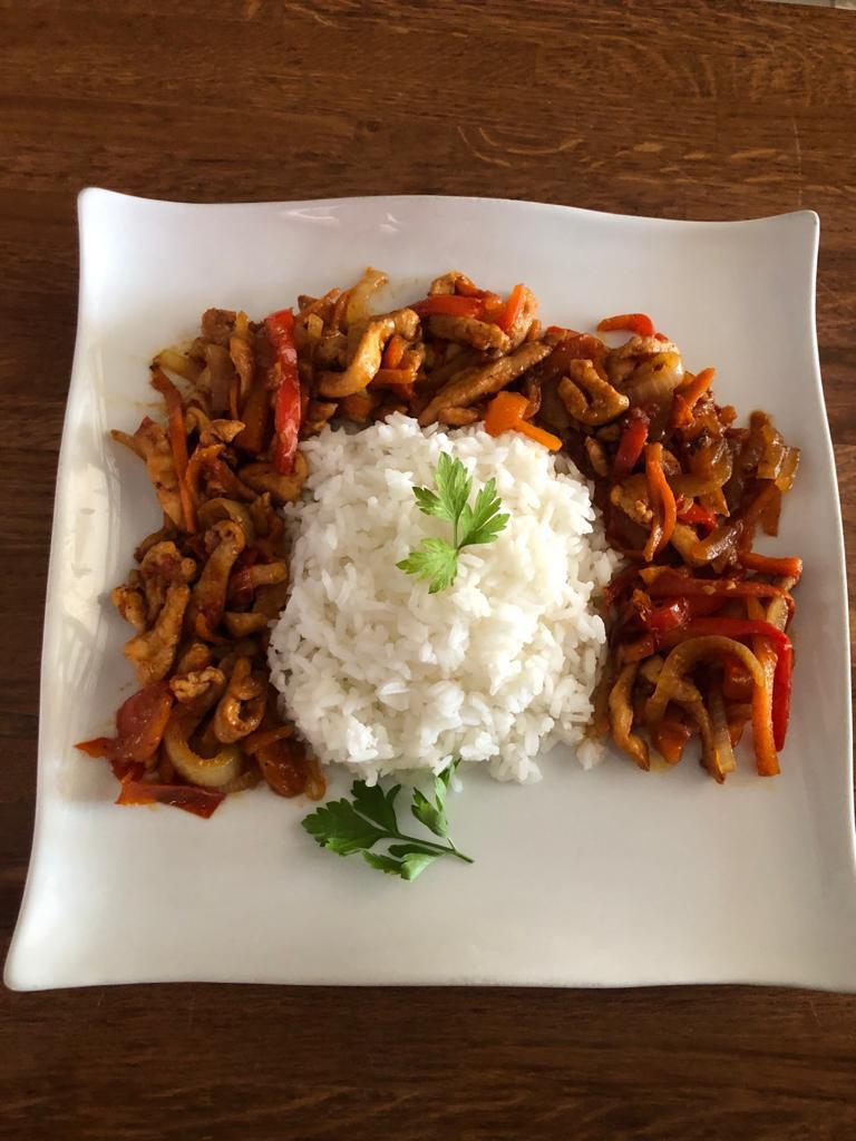 Tiras de pollo con verduritas y arroz