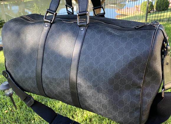 $850 large preowned Black Gucci duffle bandeloiure