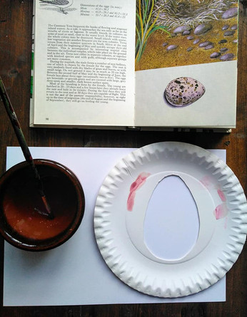 Painting eggs with a mask