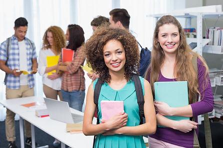 estudiantes-sonriendo-camara_13339-26791