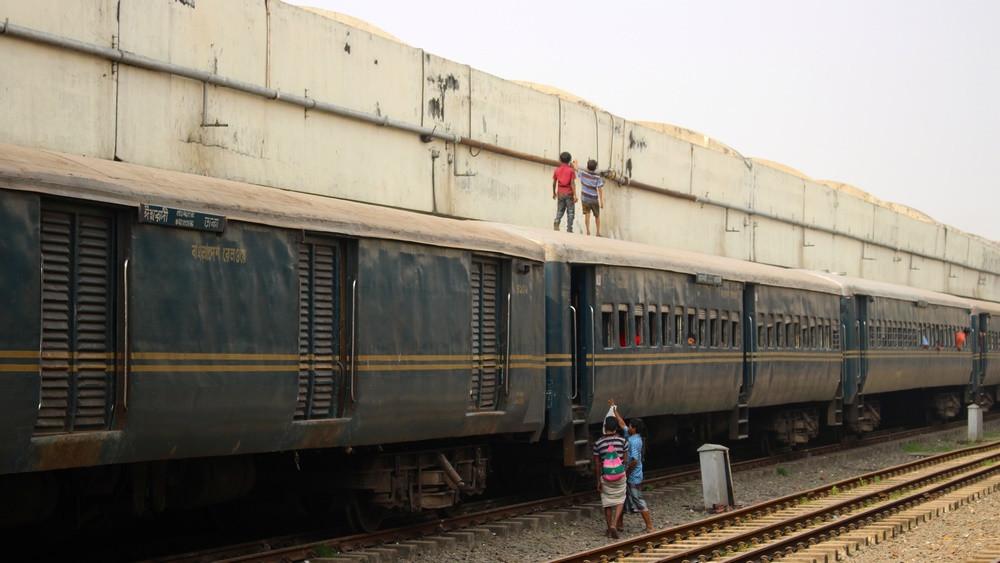 enfants train Gare Dhaka Bangladesh