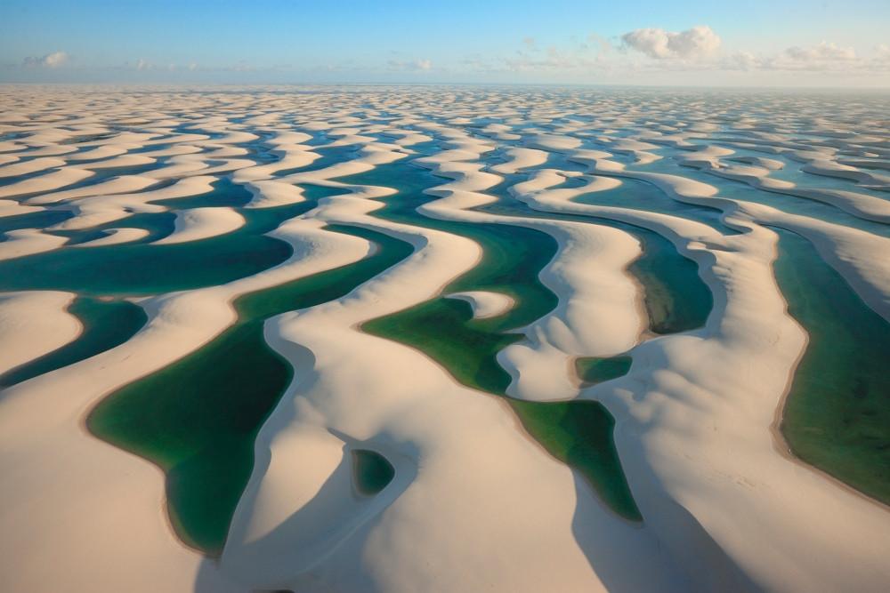 Les dunes de sable blanc des Lençóis Maranhenses au Brésil