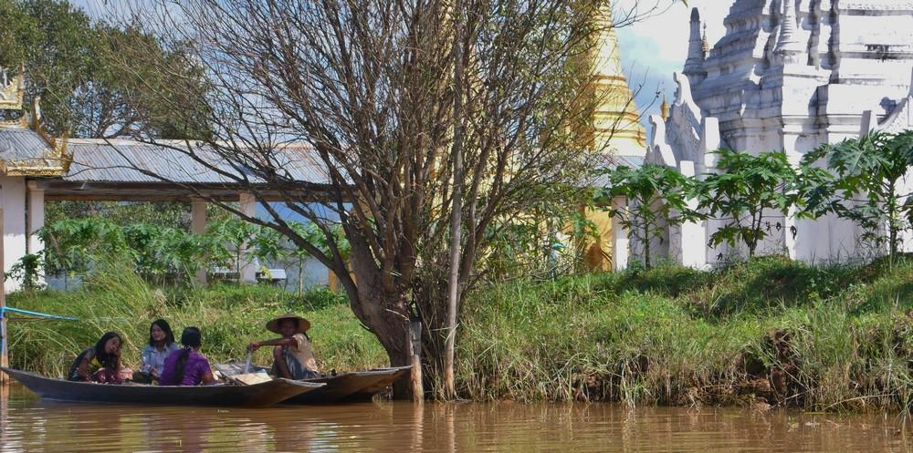 Temples et bateaux sur le Lac inlé
