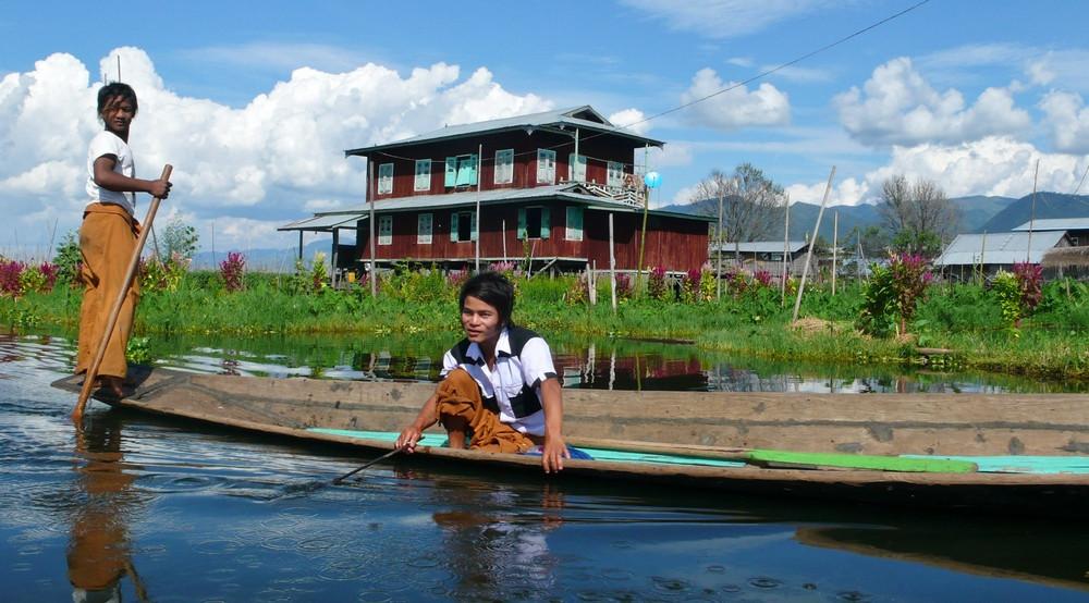 Jeunes hommes birmans sur le Lac inlé