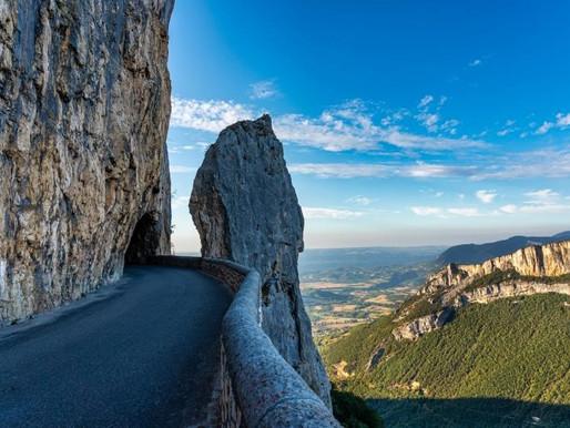 La route et le cirque de Combe-Laval dans le Vercors (France)
