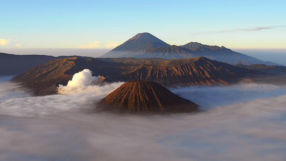 Le Volcan Bromo de Java nuages