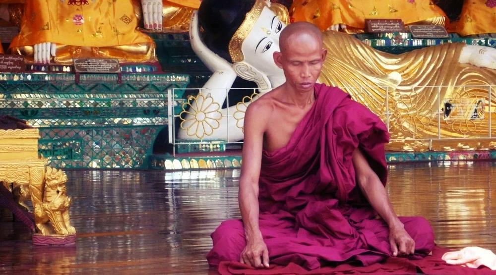 moine Paya Shwedagon Yangon birmanie