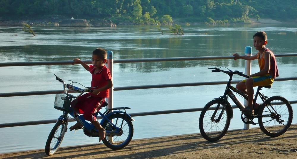 enfants Don Det Laos à vélo