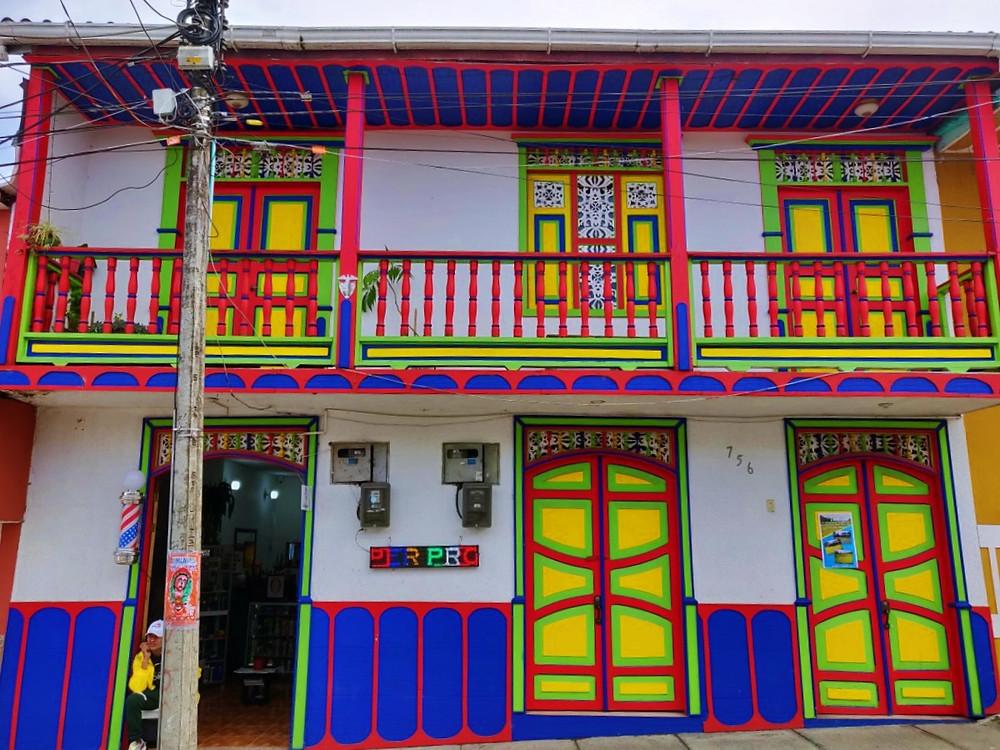 Maison rouge bleu jaune Filandia Colombie