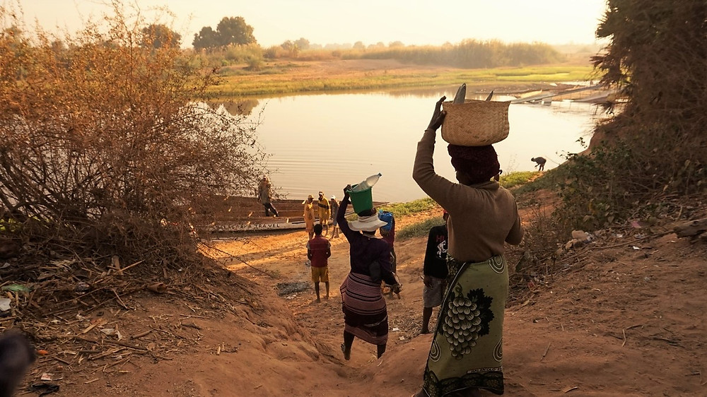 femmes  Tsiribihina en pirogue