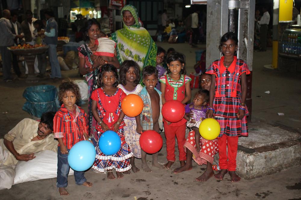 enfants rue bénarès varanasi