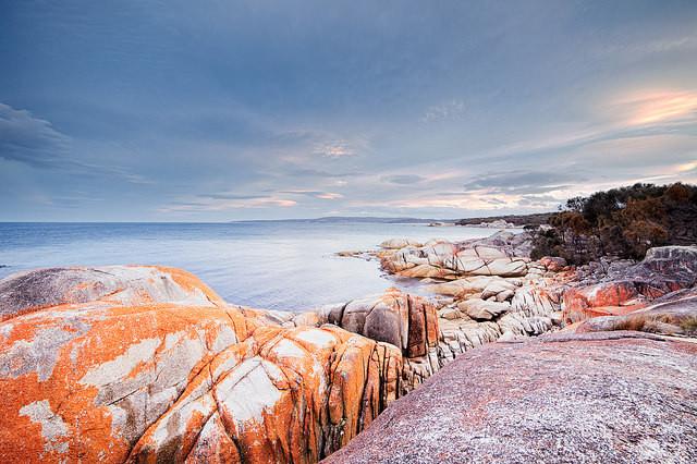 Bay of Fires en Tasmanie soleil couchant