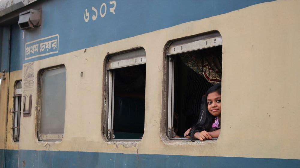 fille à la fenêtre du train bangladesh