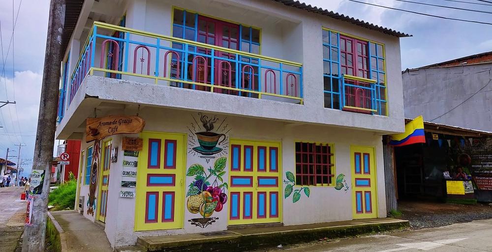 Maison rose bleu jaune Filandia Colombie