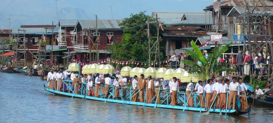 Lac Inlé Phaung Daw défilés