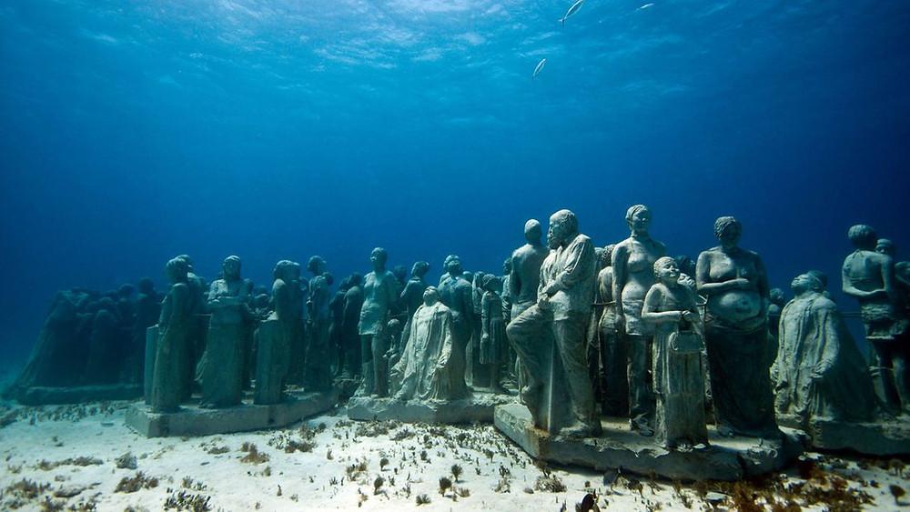 Le Musée des Arts sous-Marin de Cancun au Mexique sous l'eau