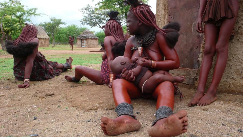 femme et enfant himba en namibie