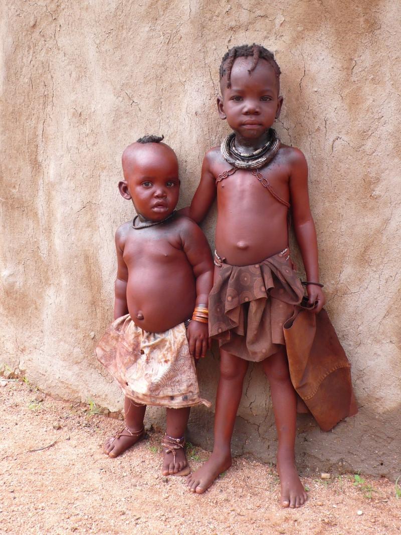 enfants d'un village himba en namibie