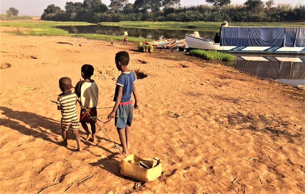 enfants  Tsiribihina en pirogue