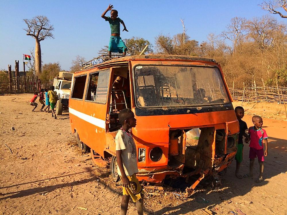 enfants allée des baobabs Madagascar