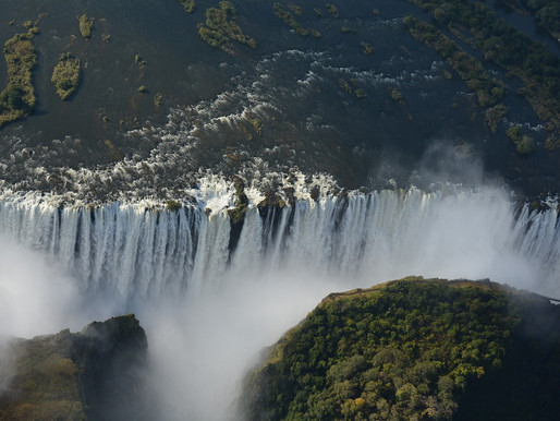 Les chutes Victoria à la frontière de la Zambie et du Zimbabwe