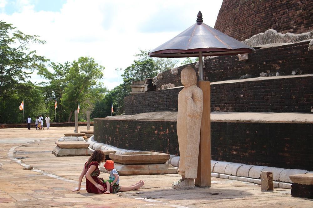 prière avec un enfant Anuradhapura