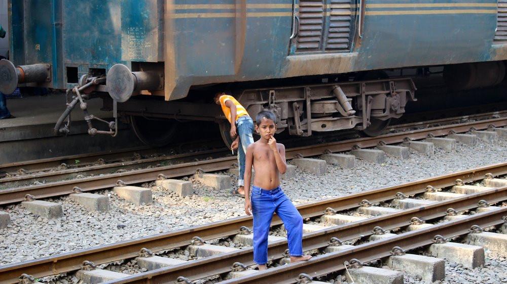 enfant sur les rails train Gare Dhaka Bangladesh