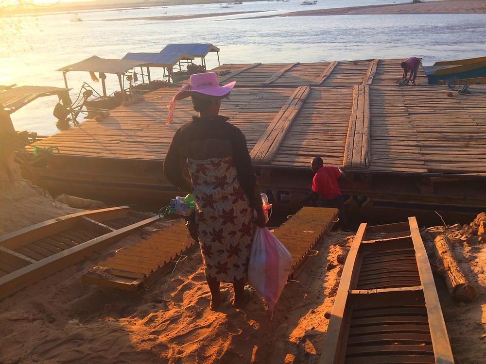 Tsimafana, traversée du fleuve Tsiribihina