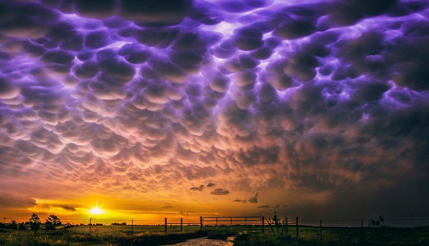 nuage étrange mammatus coucher du soleil