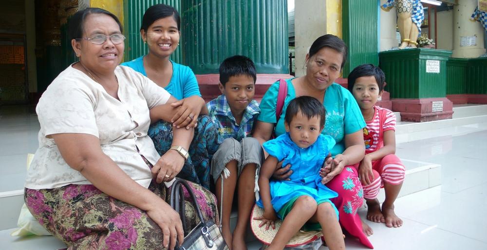 famille Paya Shwedagon Yangon birmanie