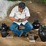 Artesano-Barro-Negro-de-Oaxaca1.jpg