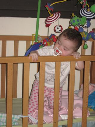 התינוק נעמד במיטתו – הנה הלך עוד לילה...