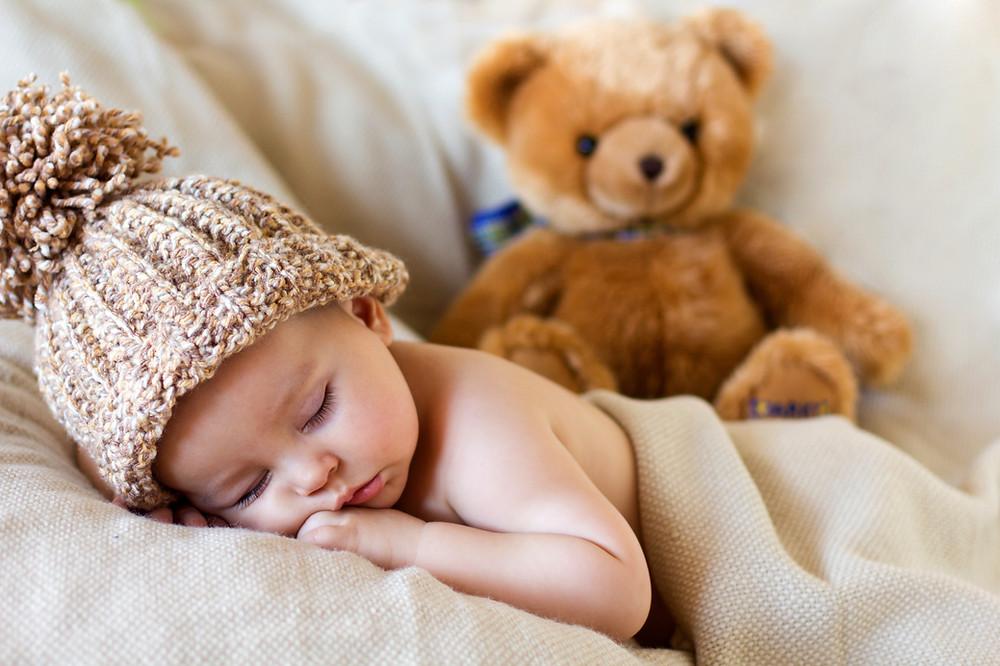 תינוק ישן עם כובע ודובי.JPG