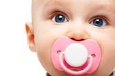 כיצד ללמד את התינוק לקחת מוצץ לבד בלילה