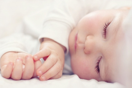 תינוק ישן בלבן.JPG