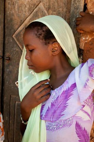 Jeune fille dans un village